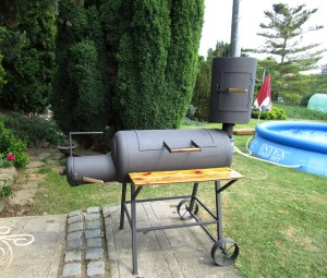 zahradní gril vyrobený z bojleru
