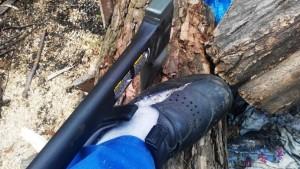 bota rozseknutá sekerou
